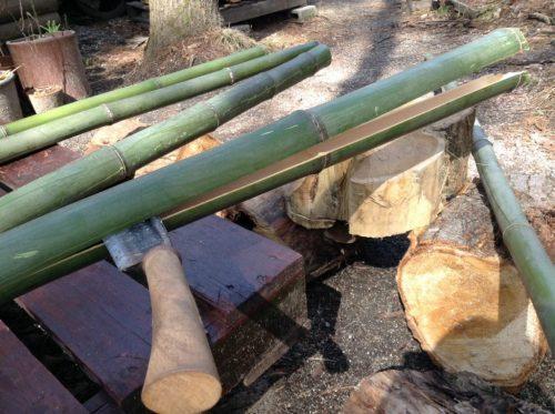鉈で簡単に竹が割れます