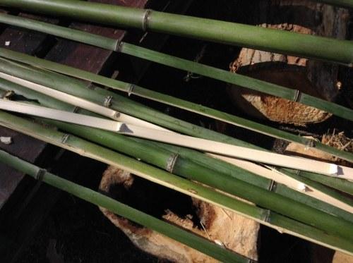 細かく割った竹
