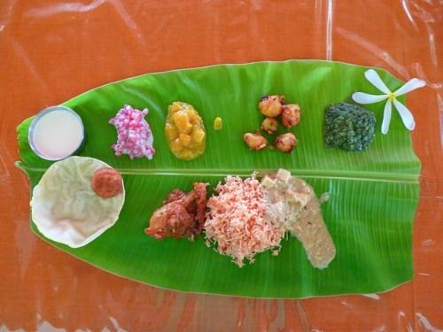 南インドのミールス。バナナの葉の上にサーブされる