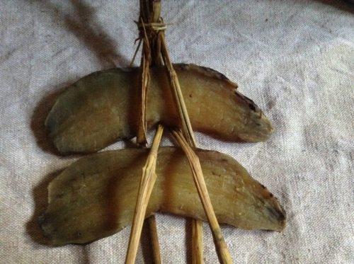 ワラを使って干しイモを吊るす