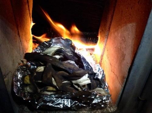 バナナの代用塩 バナナの皮を焼く