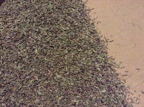 杉線香をつくる。薪のおしりで摺る