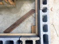 風呂トイレ小屋の建設②|コンクリートブロックの種類とグラインダーを使った加工|メガネ石の制作