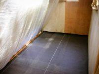 [セルフビルドの小屋暮らし]コンクリートの床|隙間だらけの床にコンクリを|タイニーハウスの作り方