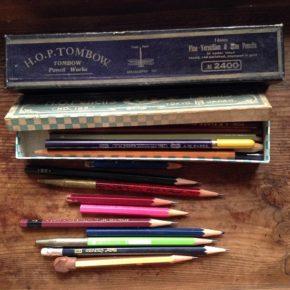 100均の鉛筆は裂けます、折れます。