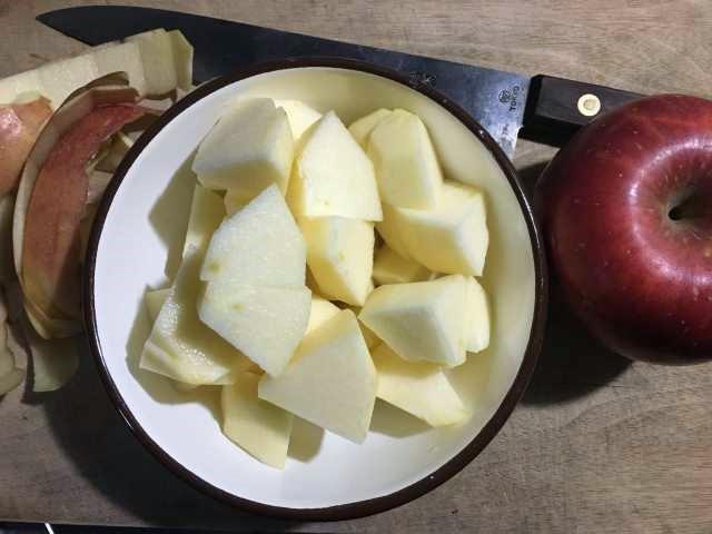自作アップルサイダービネガーのレシピ。りんごを切る
