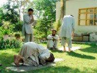 [3]イスラム国のアングラツアー|石礫の難民キャンプと笑う銃工場
