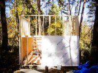 [セルフビルドの小屋暮らし][入植10日目- 1/2 ]二段目の壁枠作成と外壁貼り時々雨|タイニーハウスの作り方