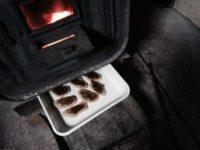 薪ストーブの下で焼き菓子