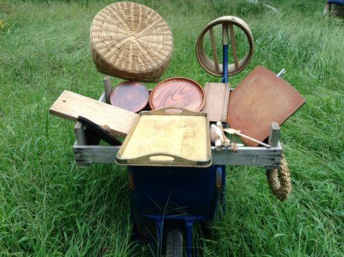 日向ぼっこ中の木製キッチン用品たち
